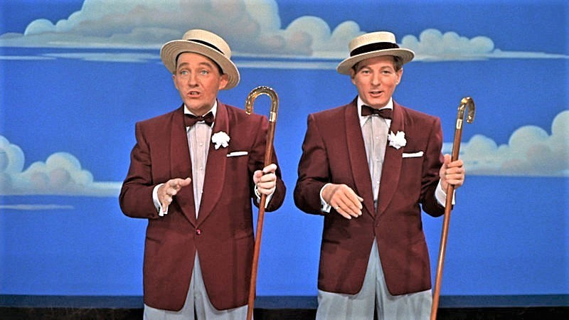 〈ブルー・スカイ〉を歌う、主演のビング・クロスビー(左)とダニー・ケイ