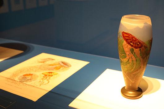 (右)《クラゲ文花瓶》(1900~1904年、北澤美術館蔵)