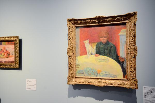 手前/ピエール・ボナール《猫と女性 あるいは 餌をねだる猫》 1912年頃 油彩、カンヴァス  オルセー美術館
