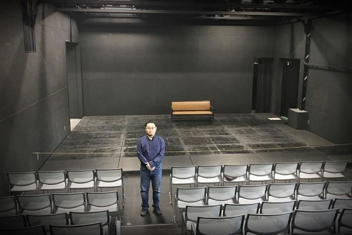 あごうさとし。工事中の[THEATRE E9 KYOTO]劇場スペースにて。 [撮影]吉永美和子(このページすべて)