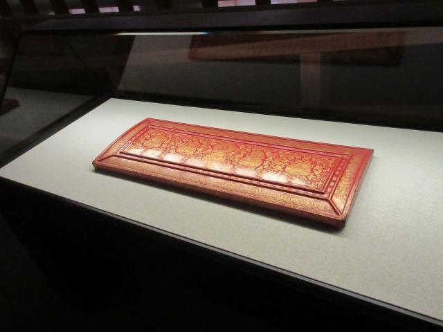 経典を守るために製作された「朱漆鎗金火焔宝珠文経帙板」