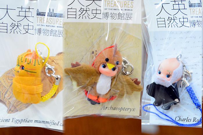 ミュージアムショップのコスチュームキューピー│(左から)猫のミイラ、始祖鳥、ダーウィン