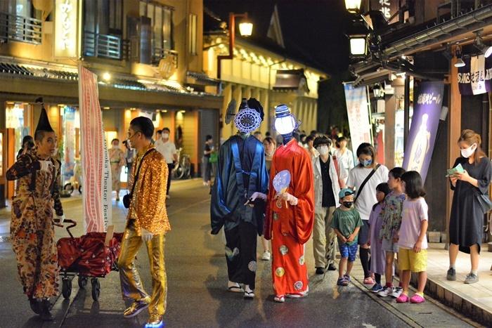 「豊岡演劇祭2020」で上演された、『街角の恋人~湯けむりサーカス編~』。 [撮影協力]日高神鍋観光協会