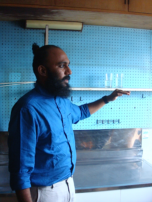 キッチンでの展示について説明するシュレヤス・カルレ