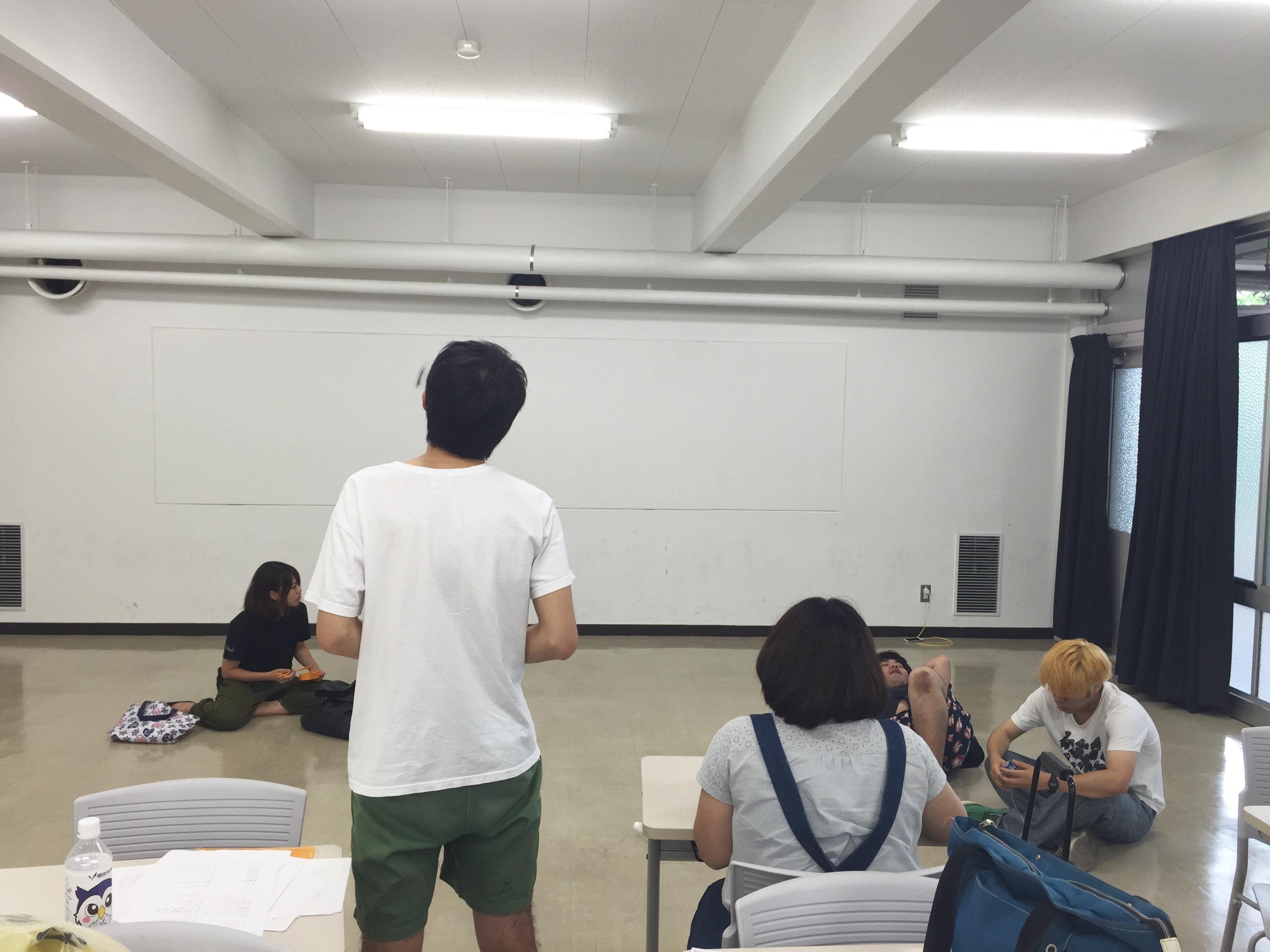 稽古を見つめる伊藤拓(左)と演出助手の大木菜摘(右)