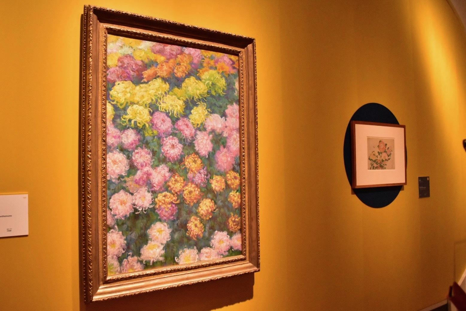 左:クロード・モネ《菊畑》1897年 個人蔵 右奥:葛飾北斎《菊に虹》1831-33(天保2-4)年頃 シカゴ美術館