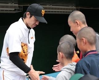 打撃練習見学ツアーでファンと握手する寺内選手(※栃木ゴールデンブレーブス戦での模様)