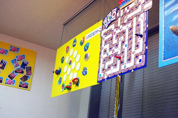 天井からはゲームのサンプルが吊り下げられている工夫も (C) Dear Spiele