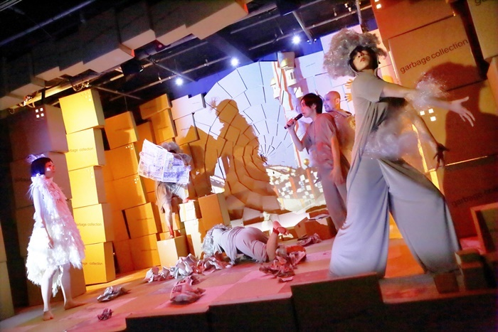 極東退屈道場#006『ガベコレ─Garbage Collection』(2014年)より。大阪各所の「箱物行政」の建物とマラソンを絡めた物語。 【撮影】清水俊洋