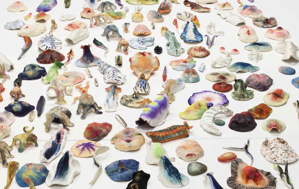 鴻池朋子「素焼粘土」2013年 素焼き粘土、 水彩 個人蔵 (C)Tomoko Konoike