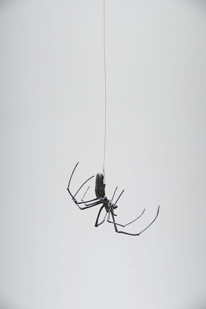 満田晴穂《自在大女郎蜘蛛》2016年/作家蔵  江戸時代から続く金工芸「自在置物」は、関節部分も本物通りに動かすことができる動物の模型。満田はこの伝統技巧を受け継ぎ数々の作品を発表している