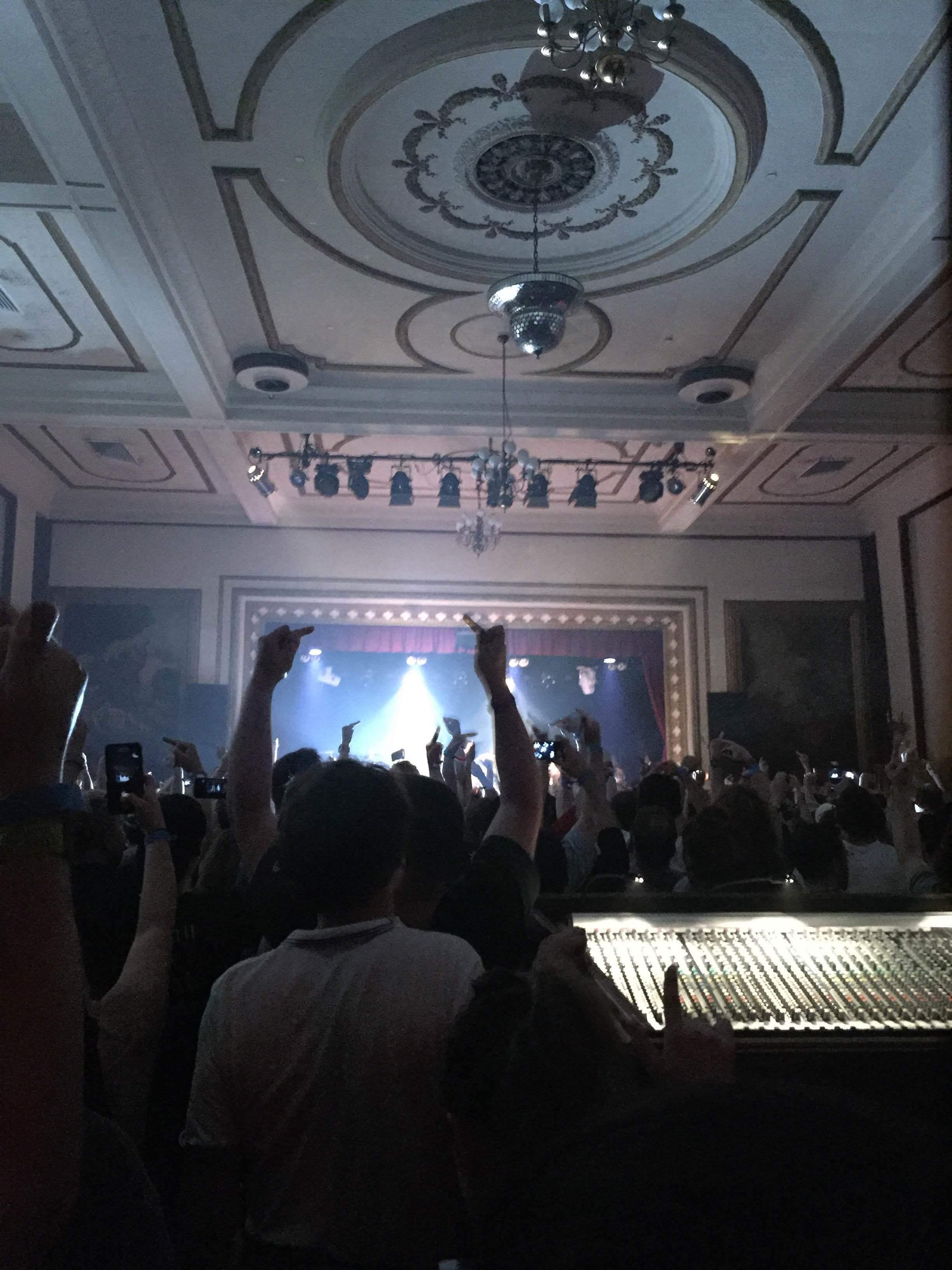 ライブ後半、歌詞に合わせてみんな中指を立てています。 ©奥浜レイラ
