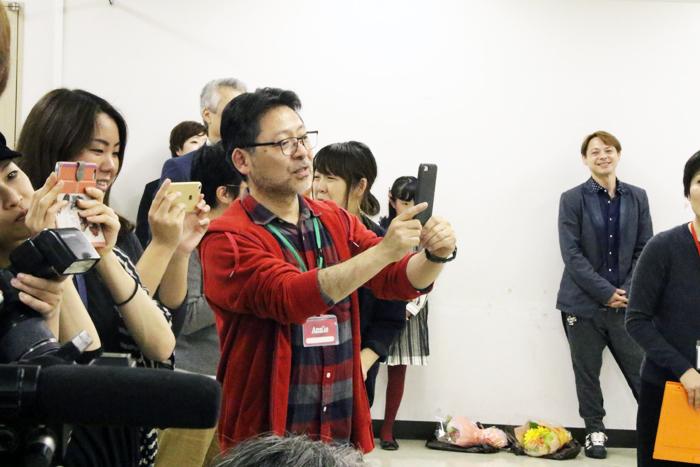 報道陣に混ざり新アニー&アニーズを撮影する演出の山田和也