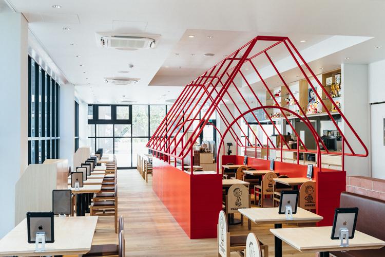 「PEANUTS Cafe スヌーピーミュージアム」店内。赤い屋根のドッグハウスの中で食事ができる。(オフィシャル提供)(C) Peanuts Worldwide LLC