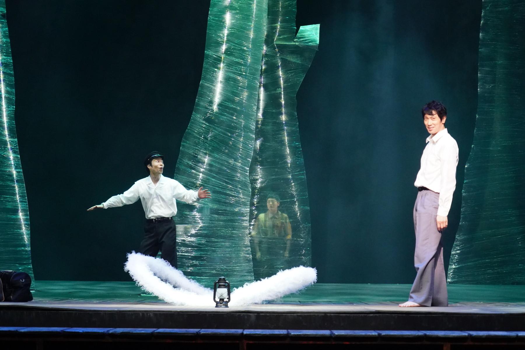 左から 浜田信也、(中央・木の裏)大窪人衛、佐々木蔵之介 撮影:田中亜紀