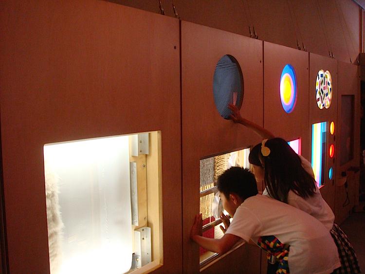 触ったり覗いたりしながら、さまざまな角度から色、光、形、リズムなどを体験できるトイに、子どもたちは夢中!