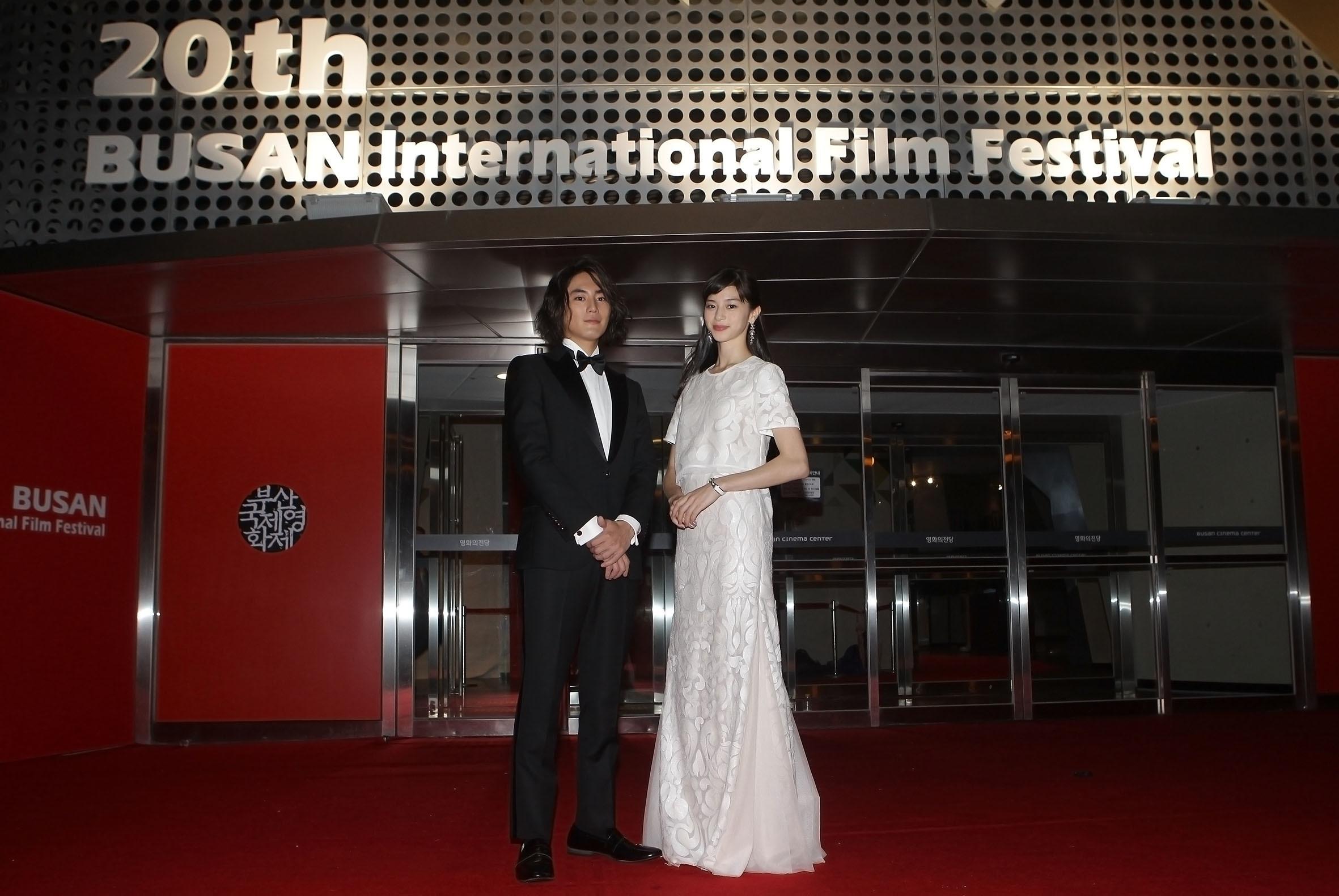 左から 間宮祥太朗、中条あやみ 第20回釜山国際映画祭にて