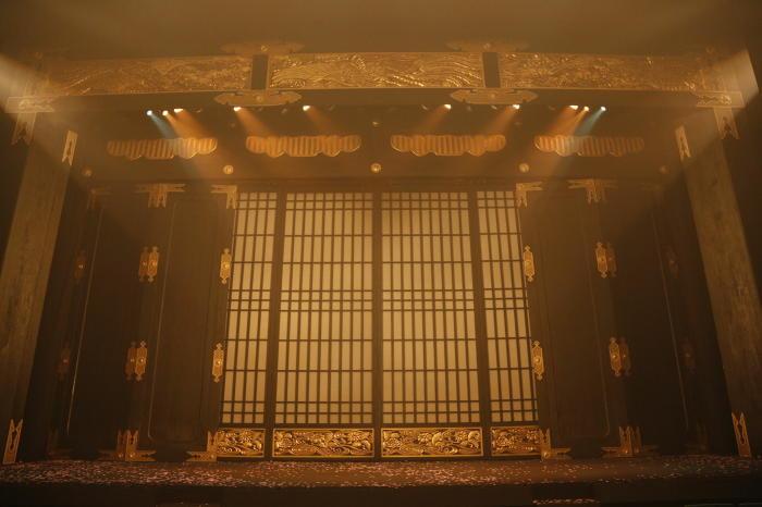 巨大な仏壇のセット(撮影:渡部孝弘)