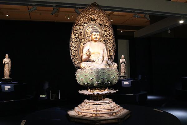 展示風景より。中央が本尊の「釈迦如来坐像」(行快作、鎌倉時代・13世紀、重要文化財、大報恩寺)