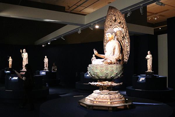 展示風景より。手前が行快作の「釈迦如来坐像」(鎌倉時代・13世紀、重要文化財、大報恩寺)