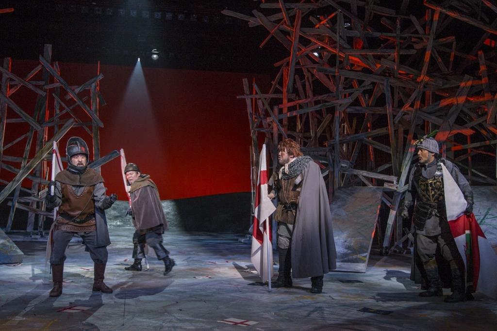 新国立劇場『ヘンリー五世』(撮影:谷古宇正彦)