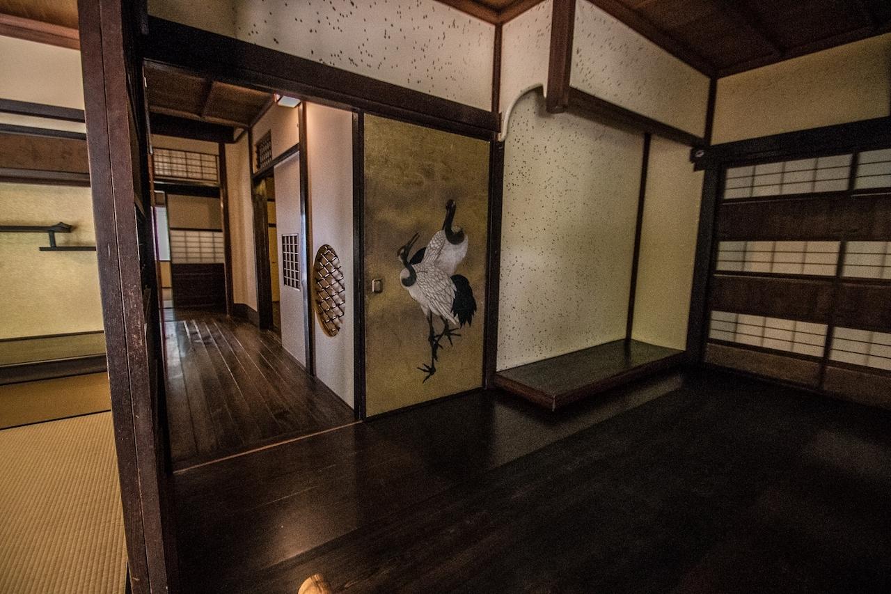 大広間の隣室は「能の間」。床下には音響効果を出すための甕が埋められている