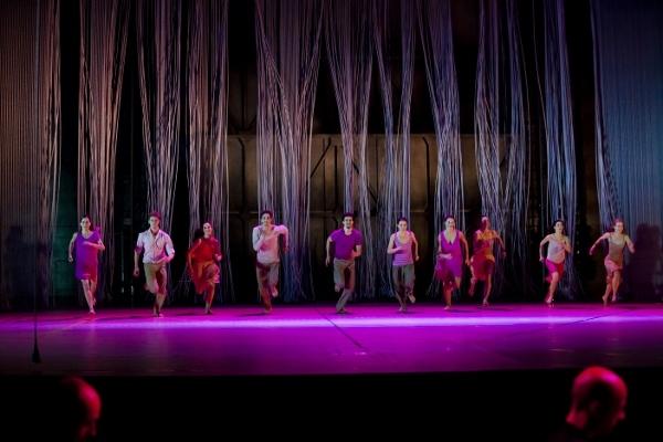 『レイン』10人のダンサーとライヒの音楽が一体化し、雨、雨、雨…… (c)Agathe Poupeney OnP