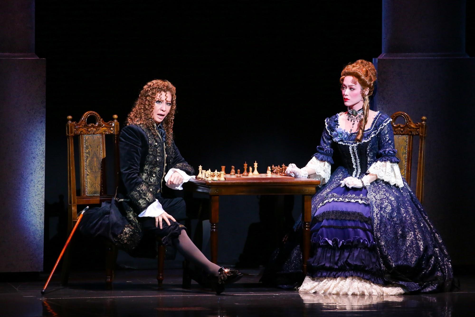 左から、タレーラン(夏美よう)とマノン・ロラン夫人(彩凪翔) (c)宝塚歌劇団