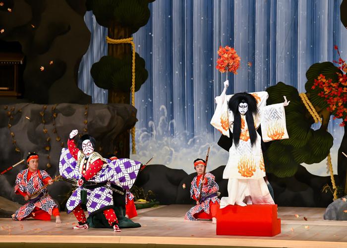 『女鳴神』左から、佐久間玄蕃盛政=中村鴈治郎、鳴神尼=片岡孝太郎