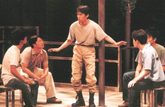 MONO第23回公演 『その鉄塔に男たちはいるという』(1998年)。戦争から逃げて、鉄塔に立てこもった男たちの姿を通して「争い」の本質を浮かび上がらせた。