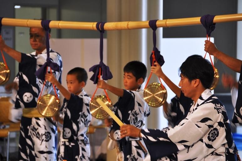 (上)勇壮な和太鼓演奏を披露する「Atoa.」メンバー。(下)祇園祭鷹山保存会 囃子方の中には子どもの姿も。