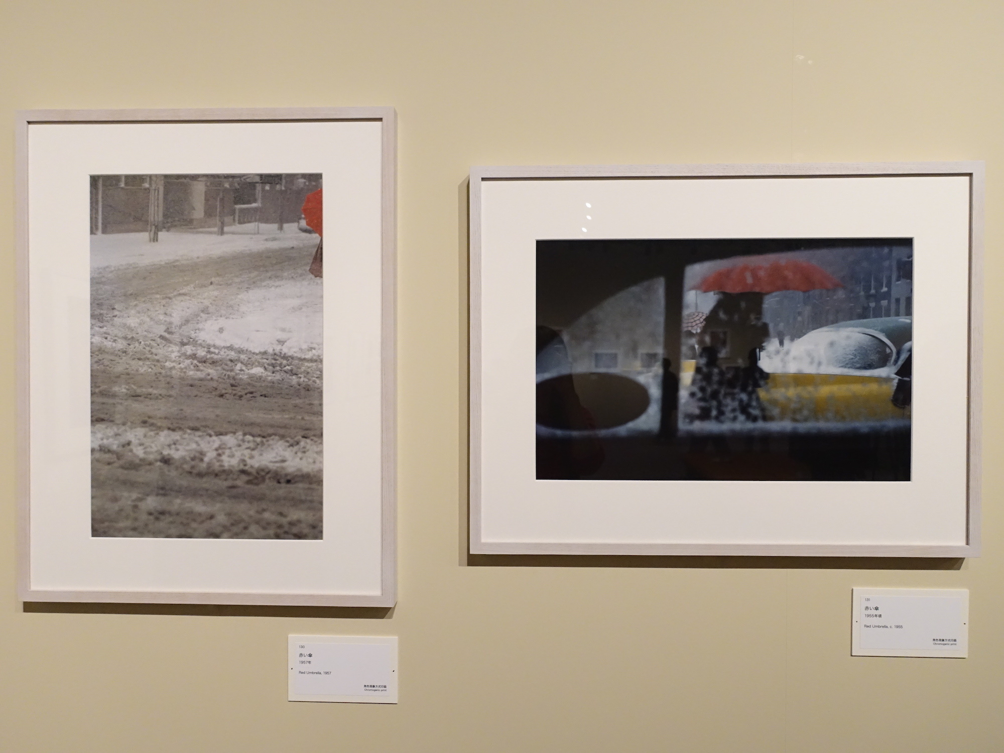 左からソール・ライター《赤い傘》1957年、《赤い傘》1955年頃