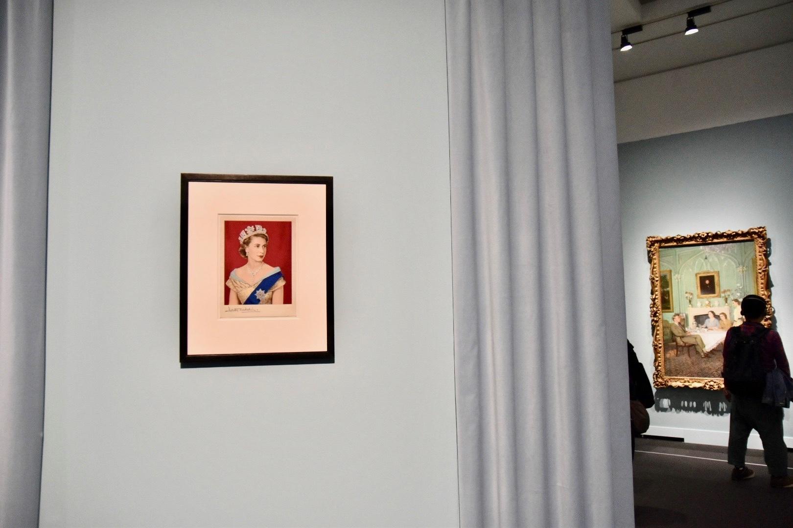 ドロシー・ウィルディング撮影、ベアトリス・ジョンソン彩色《エリザベス2世》1952年2月26日撮影