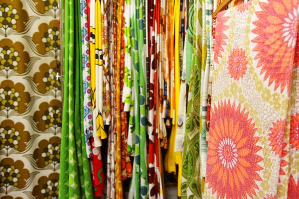 カラフルなカーテン類。ざっくりとした布の素材感が独特だった。