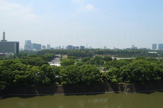 帝国劇場の屋上からは皇居の森や丸の内のビル群を一望できる