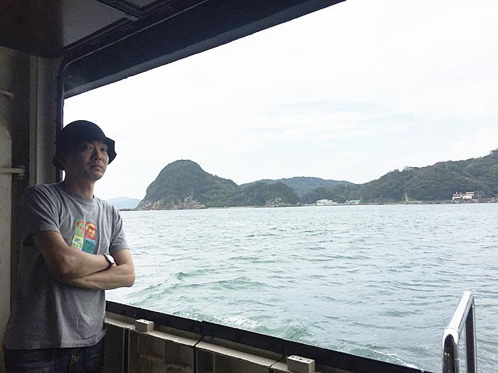 遊覧船より望む赤根島(左)と「月澹荘」周辺(右)