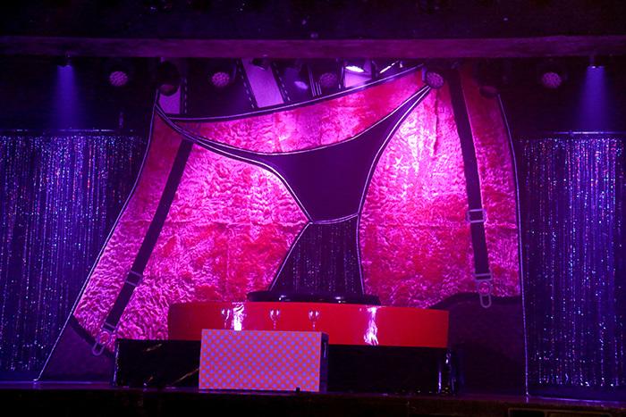 ステージにはエロティックなガーターベルトつきのヒップが!