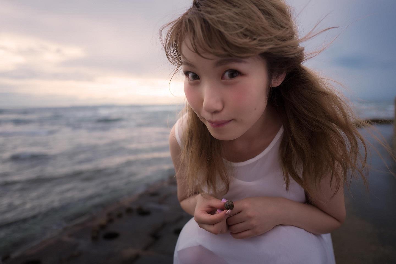 海で遊ぶ内田彩