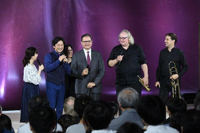 和やかに歓談。左から、司会の松尾由美子アナと石丸幹二、ヘフリガー監督、フリードリッヒ(tp)、ライエン(tb)