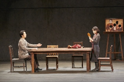 栗山民也演出、眞島秀和、岸井ゆきのら出演の舞台『月の獣』が開幕 舞台写真&コメントが到着