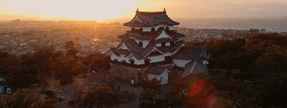 国宝・彦根城をドローンでとらえた美しすぎる空撮映像が完成