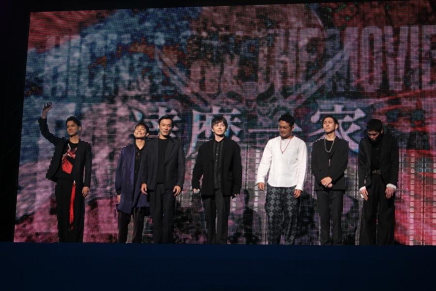 【達磨一家】(左から)水野勝、田中俊介、小澤雄太、林遣都、阿部亮平、井澤勇貴、守屋光治 林:こんばんわ。達磨一家です。ザムービー2すごくパワーアップしていると思うんで。楽しんでください。