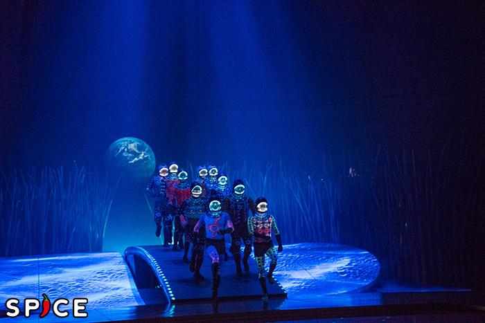 シルク・ドゥ・ソレイユ『ダイハツ トーテム』謎の宇宙飛行士たち? (撮影:原地達浩)