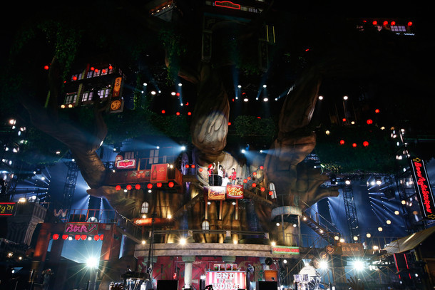 ステージに設営された高さ40メートルのセット。(Photo by Hajime Kamiiisaka)