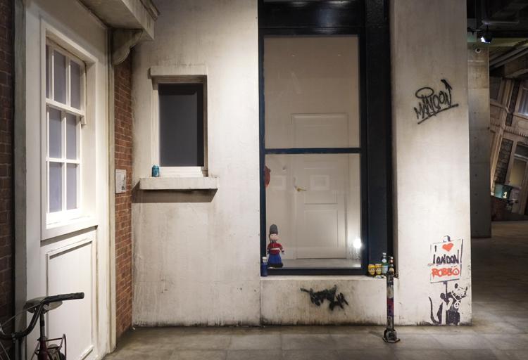 建物右隅に《London doesn't work/I love London Robbo》(2004)がある再現展示。