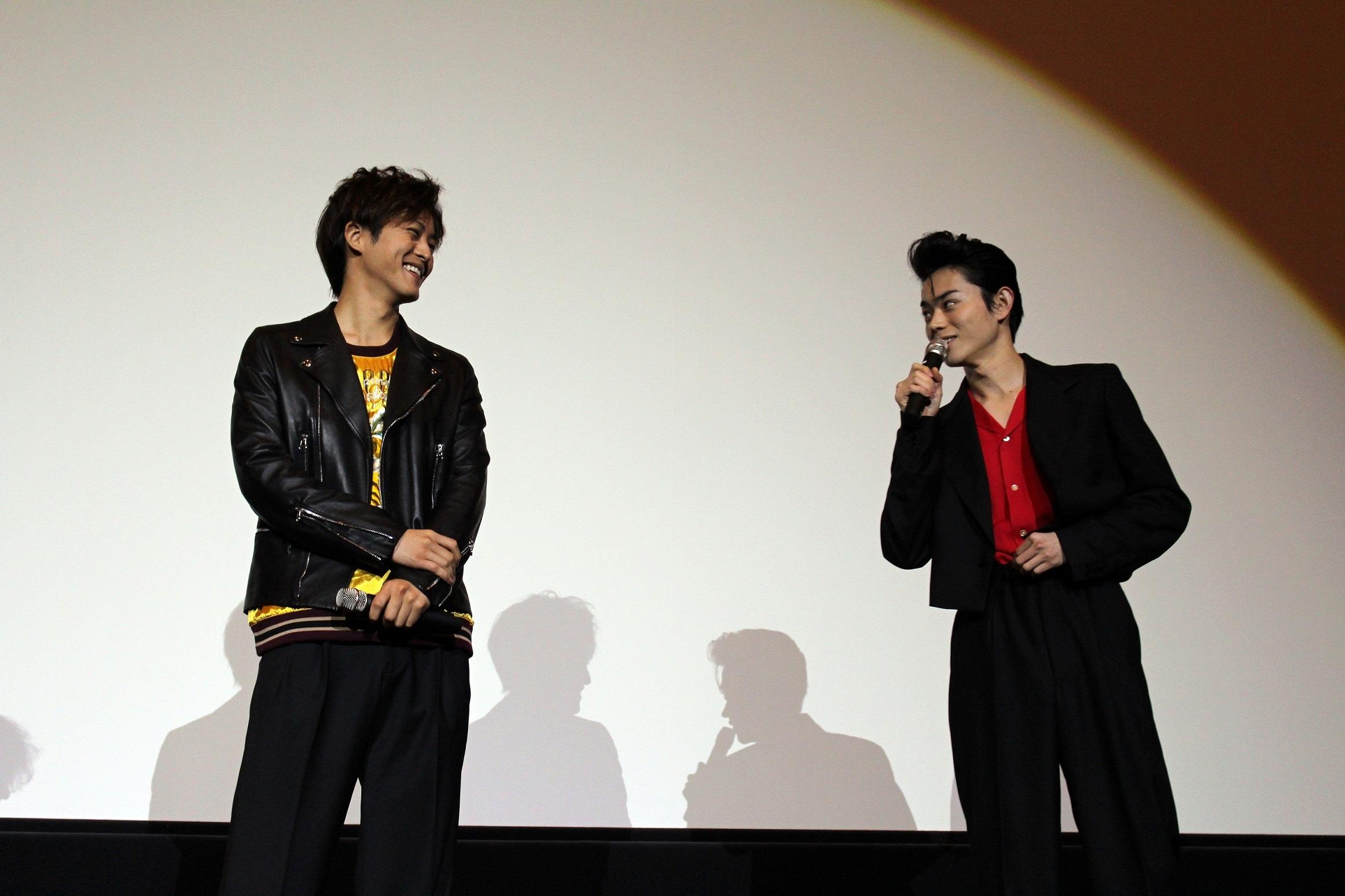 左から松坂桃李、菅田将暉