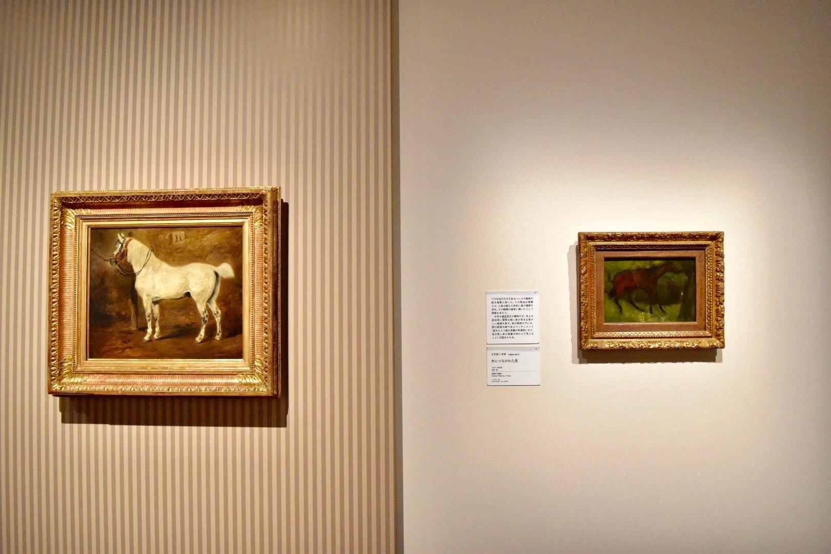 左:アレクシ・ペリニョン 《白馬》 油彩、カンヴァス (C)CSG  CIC Glasgow Museums Collection 右:エドガー・ドガ 《木につながれた馬》 1873-80年頃 油彩、板 (C)CSG CIC Glasgow Museums Collection