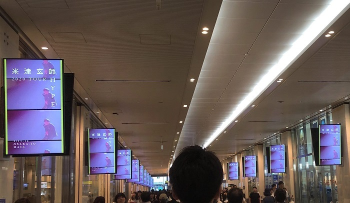 JR大阪駅ルクア前通路で映し出されるデジタルサイネージ