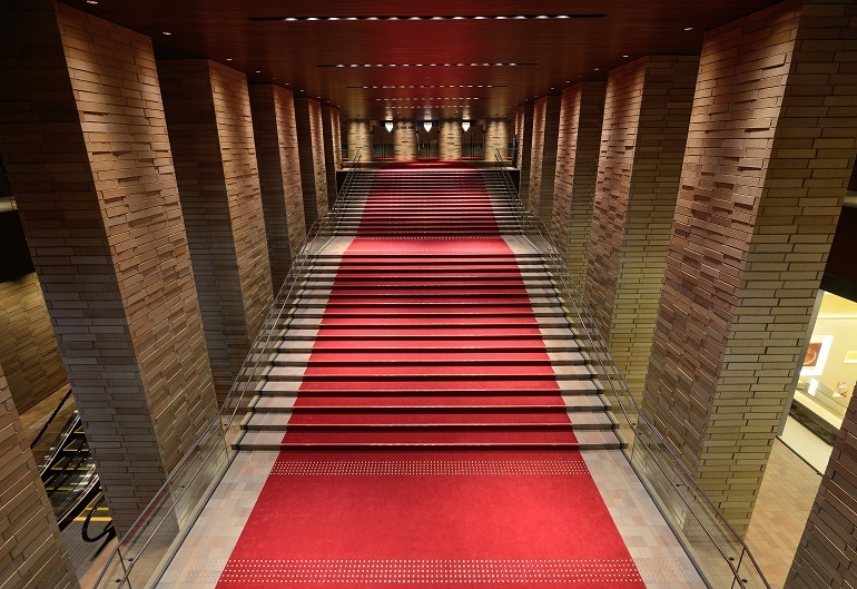 象徴的な大階段を上ってホールに向かうことをお勧めしたい。気分が上がる事間違いなし。     (C)飯島隆