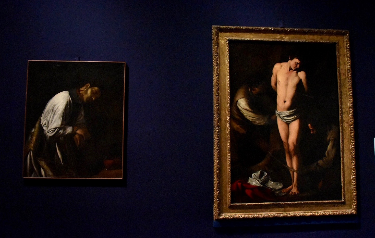 左:ミケランジェロ・メリージ・ダ・カラヴァッジョ《聖アガピトゥスの殉教》1606-09年頃(司教区博物館蔵)、右:同作者《聖セバスティアヌス》1606年(個人蔵)